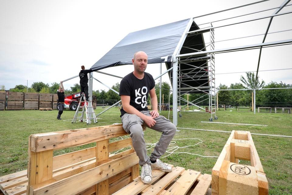 Organisator Stef Roevens stelde woensdag de grote tent op in het Beekpark.