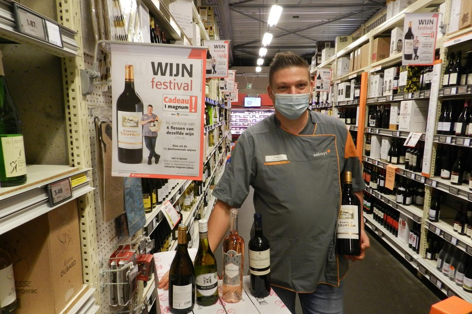 Tom Lenaerts in zijn natuurlijke habitat, de wijnafdeling van de Colruyt in Hoogstraten.