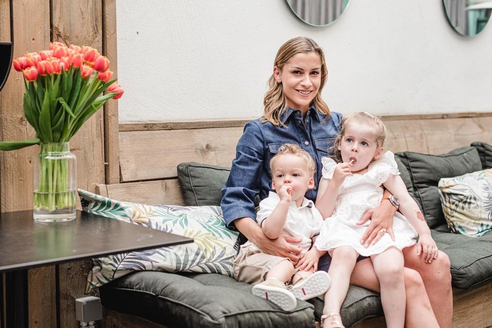 """Shani Van Mieghem, zoontje Jace (1) en dochtertje Ayla (2) moeten hun Toby weer wekenlang afstaan ter meerdere eer en glorie van de voetbalnatie. """"Maar dat is voor hem nog moeilijker dan voor ons."""""""