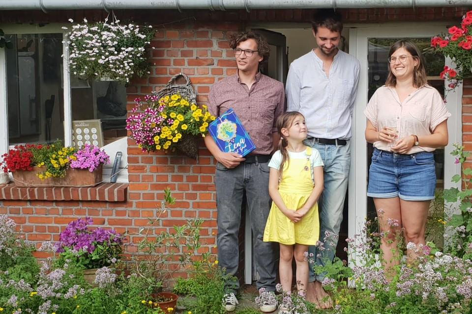 Erik Helderweert met Lena (7), broer Wim en illustrator Lise Leonard bij de voorstelling van 'Lena en het goud'.