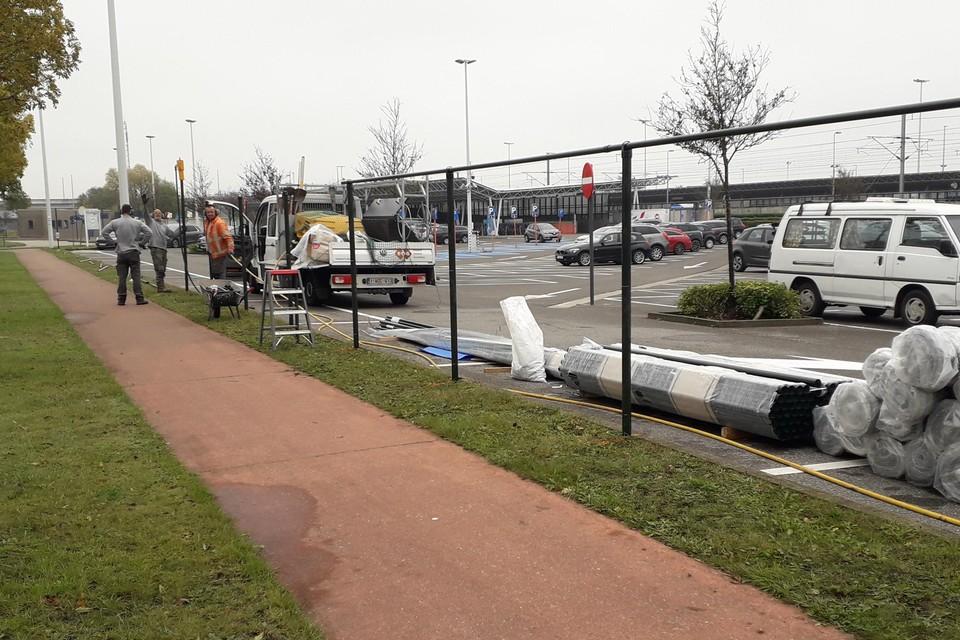 Het hek staat er sinds enkele dagen en is bedoeld om het betalend karakter van de parking af te dwingen.
