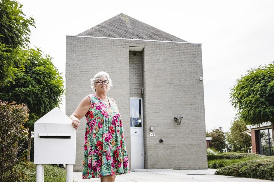 """Greet Smits-Mertens voor haar gezinshuis, dat in het boek het bijschrift 'Houston, we have a house' kreeg. """"Die auteur ziet er kennelijk een raket in"""", zegt ze aan de brievenbus in dezelfde stijl."""