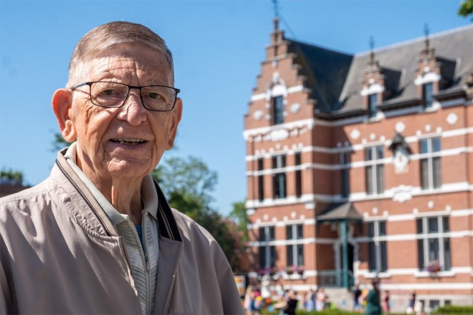 Onze reporter in Niel, Paul Van Roy, bij het gemeentehuis.