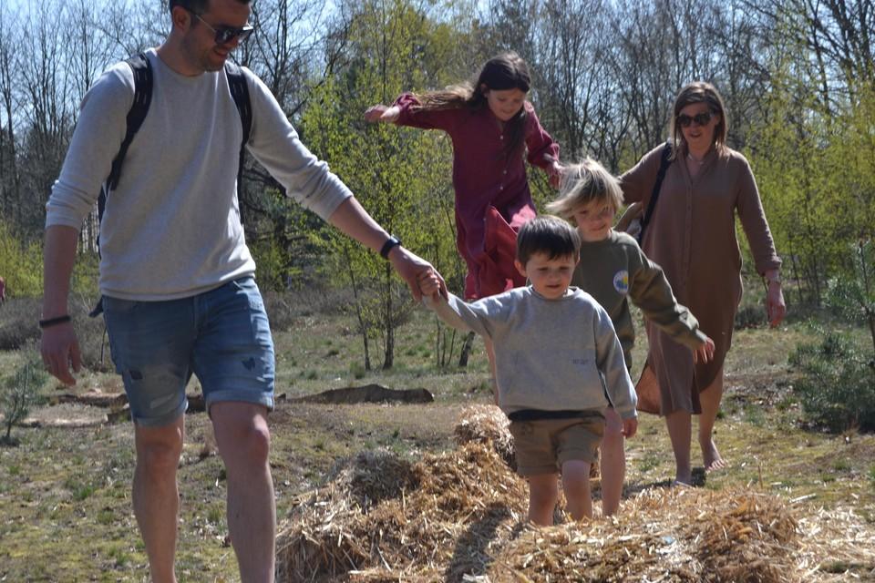 Jana en Aart met hun kinderen op het pad.