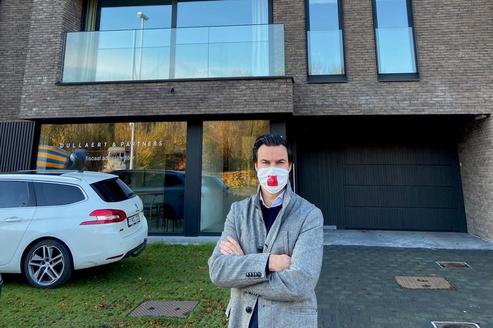 """Makelaar Frederik Vanhaevermaet bij een nieuwbouwcomplex.""""Zowel in verkoop als verhuur zijn appartementen met kleine buitenruimte minder populair."""""""