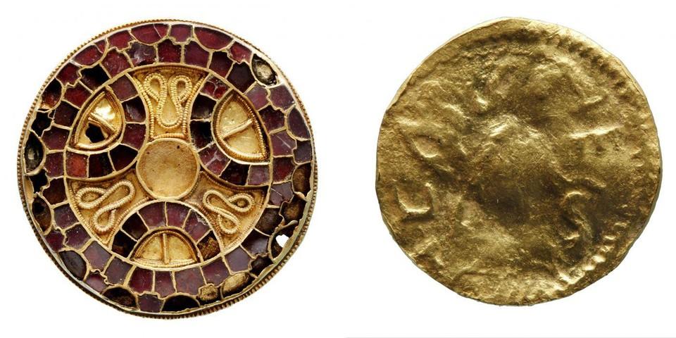 Links de ronde mantelspeld die steentjes uit Sri Lanka bevat.