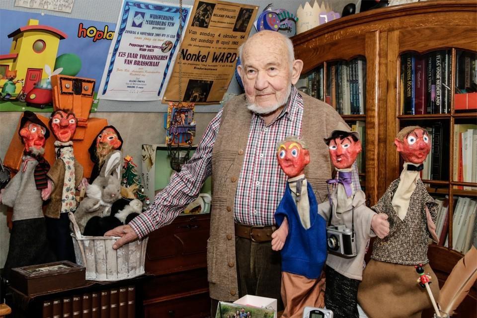 Eduard Smets tussen zijn poppen.