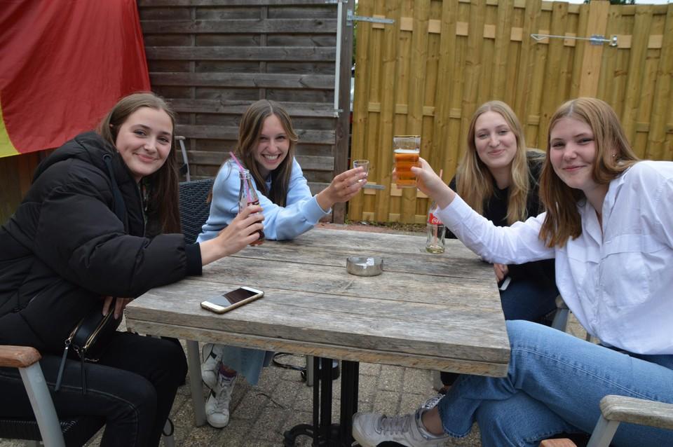 Vega (17), Jill (18), Elena (17) en Lien (17) drinken nu iets in 't Hofke en gaan vanavond samen uit in Beerse.