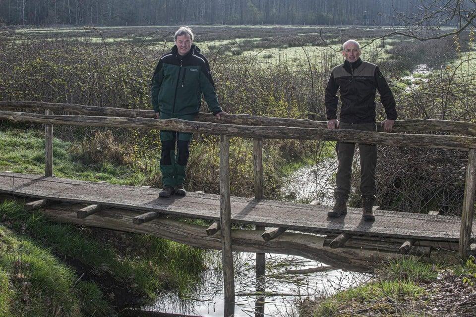 De smalle bruggetjes zijn gemaakt van eik en acaciahout uit eigen bos.