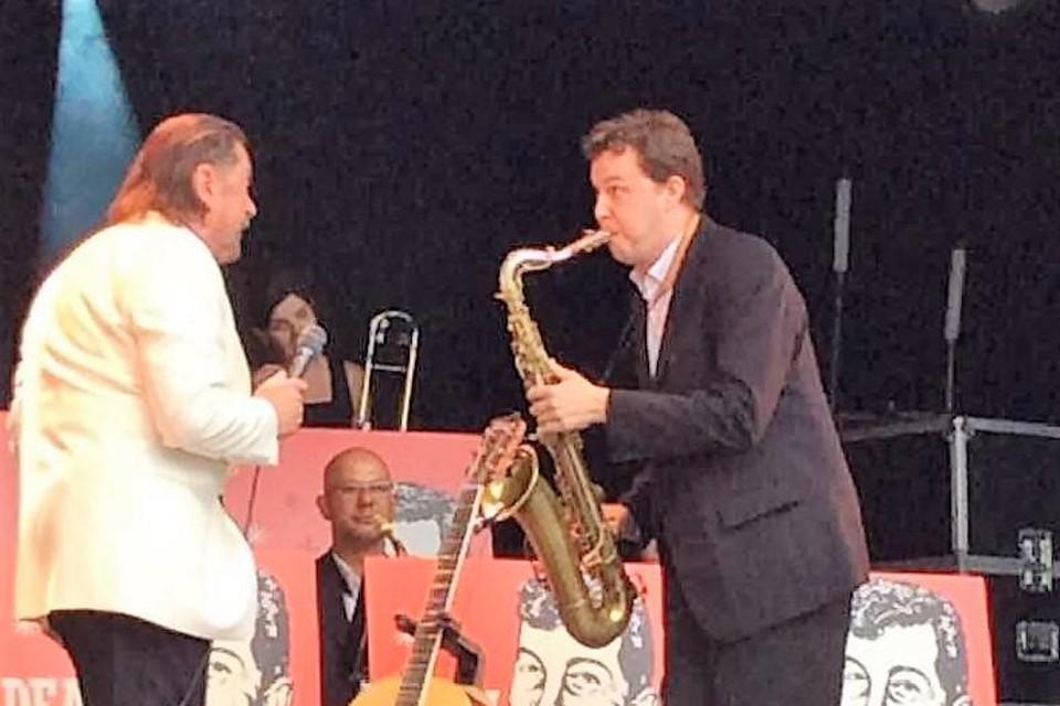 André de Laat als saxofonist aan de zijde van Marijn Devalck.