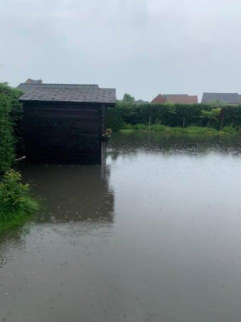 Na de regenbui van zaterdag in de vooravond stonden de tuinen van enkele woningen helemaal onder water.