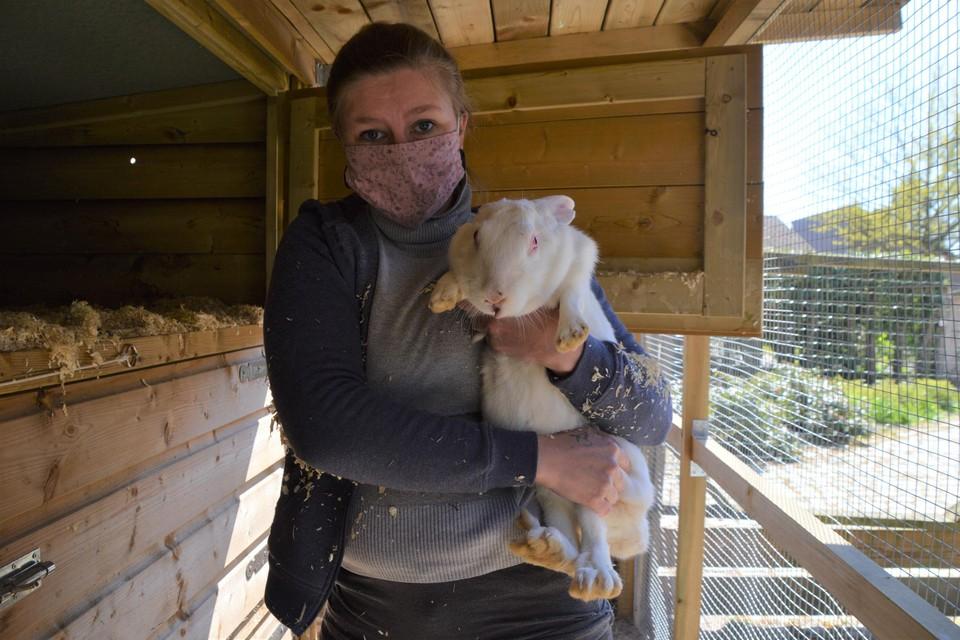 Annelies Coosemans met een ex-proefkonijn. De snuit van het beestje is wat beschadigd, maar dat komt wel goed.