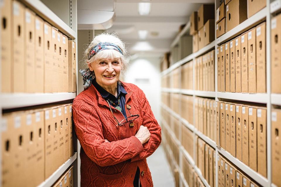 """Inge Schoups tussen de archieven. """"Wij weten precies waar alles zich bevindt."""""""