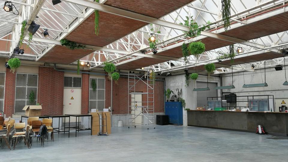 De oude overkapping, die de binnenplaats tussen de twee hoofdgebouwen overspant, is omgetoverd tot een afsluitbare horecaruimte.