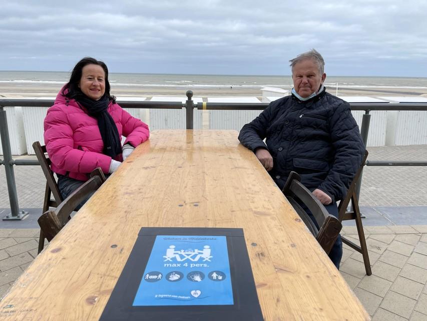 Tijdens de paasvakantie liet de burgemeester van Middelkerke al zelf terrastafels plaatsen op de zeedijk.