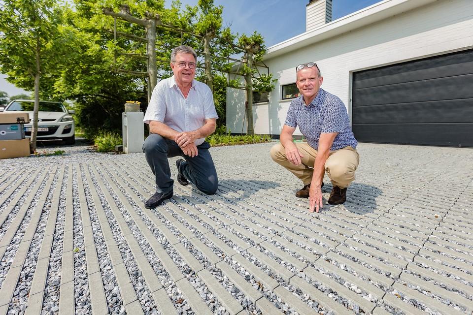 """Bewoners Eddy De Meyer en Lieven Depypere zijn voorstander om het beton in de wijk Ter Donck op te breken. """"Ik heb zelf mijn oprit al uitgebroken"""", zegt Eddy."""