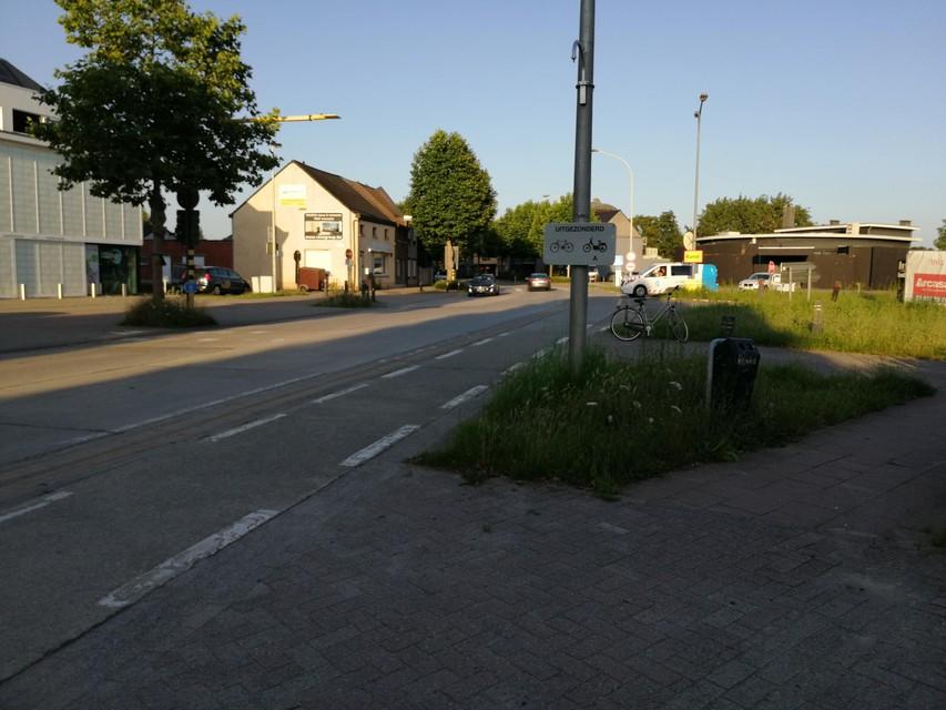 Aartselaar aan de linkse en Niel en Rumst aan de rechtse kant van de straat